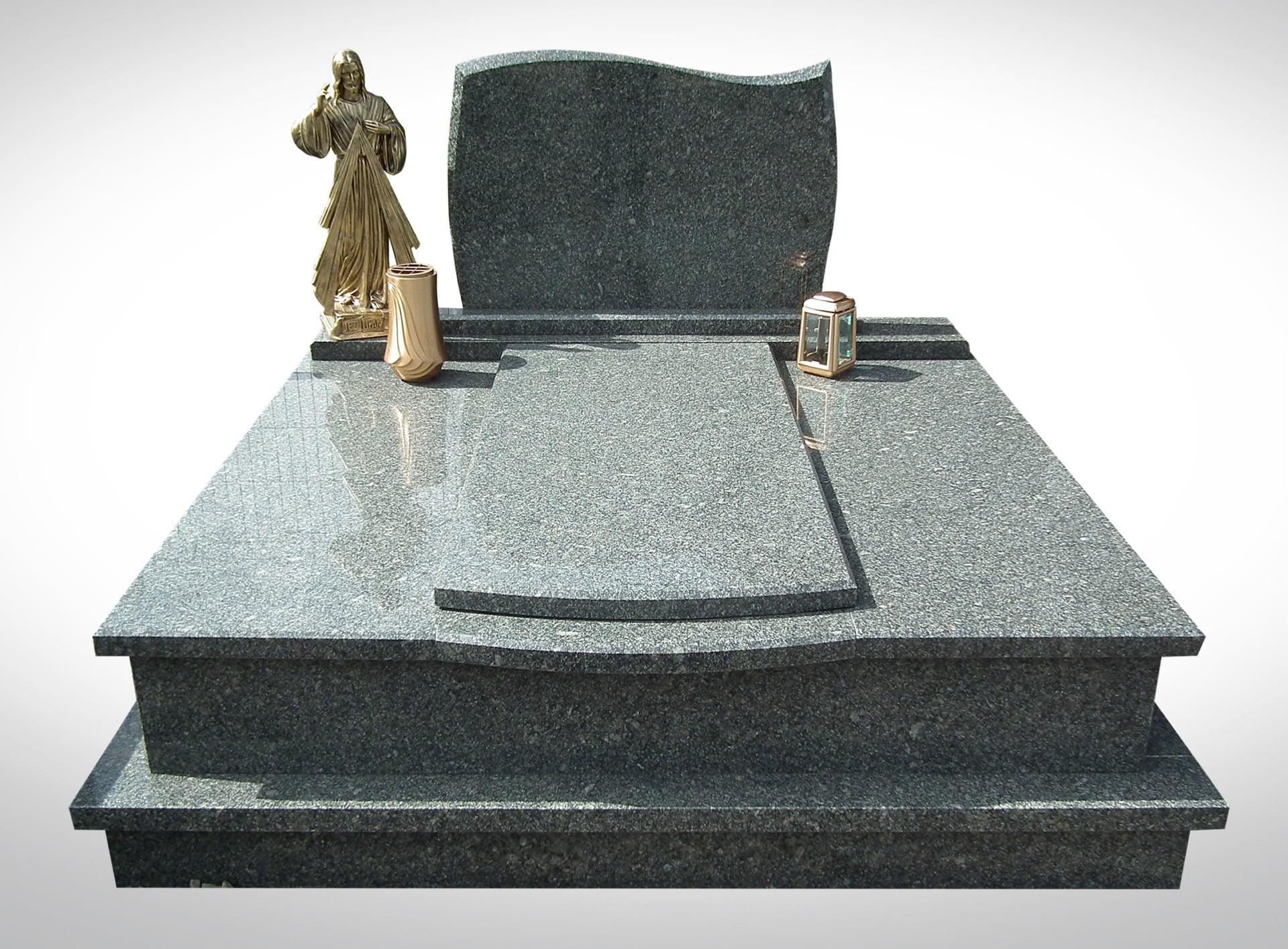 Podwójny marmurowy nagrobek ze złotym Jezusem donicą i lampionem - Nagrobki Bielsko-Biała